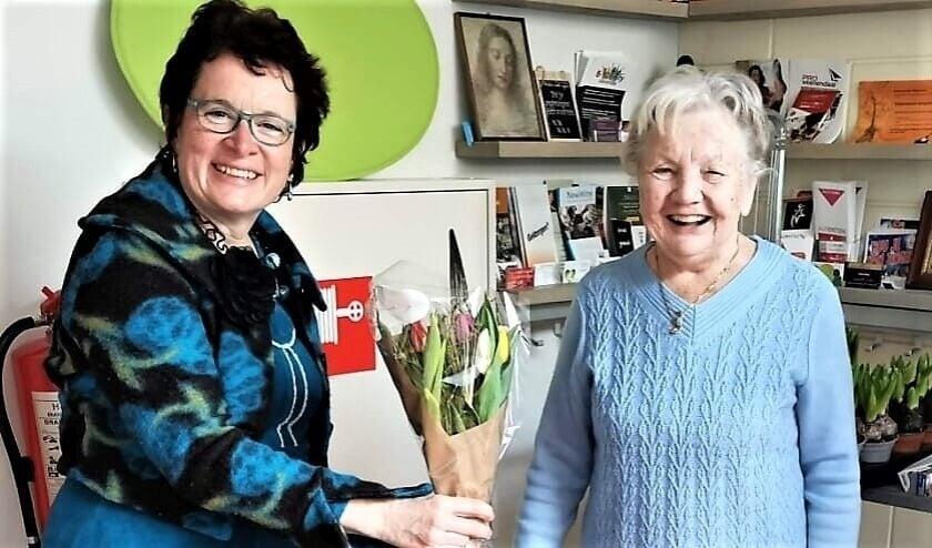 <p>Jannie bedankt Eef met een bloemetje.</p>