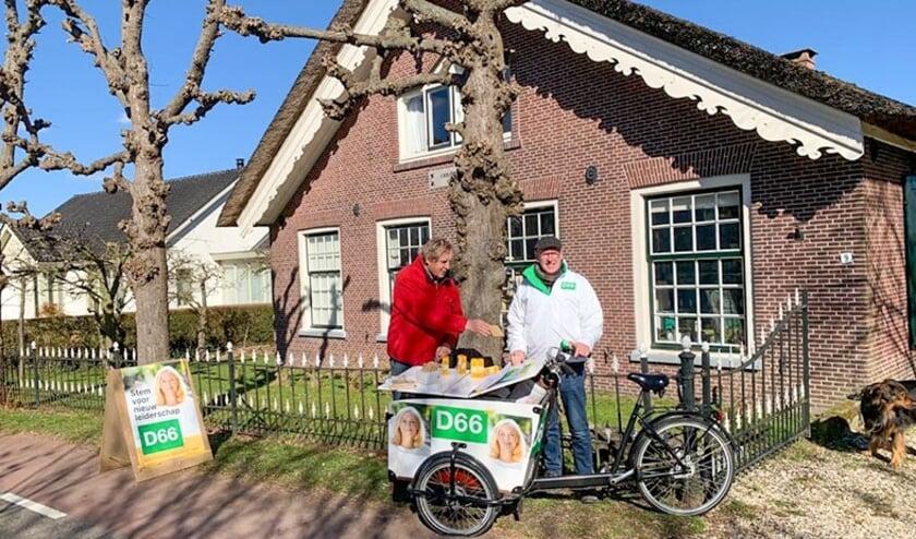 <p>Paul de Jonge en Henk van Bezuijen van D66 bij de D66-bakfiets aan de Korte Linschoten Oostzijde met zonnebloemzaden in plaats van warme chocomel.</p>