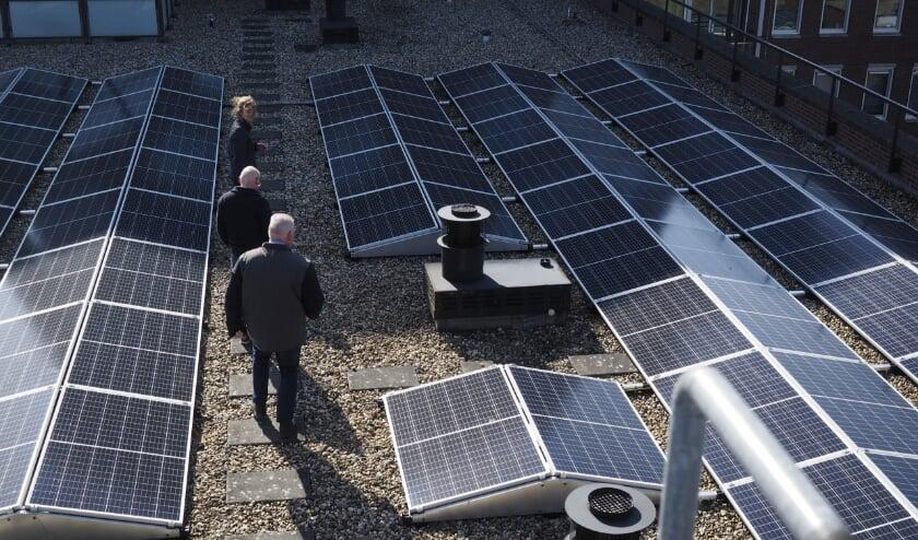 De zonnepanelen op het dak van Costerstaete