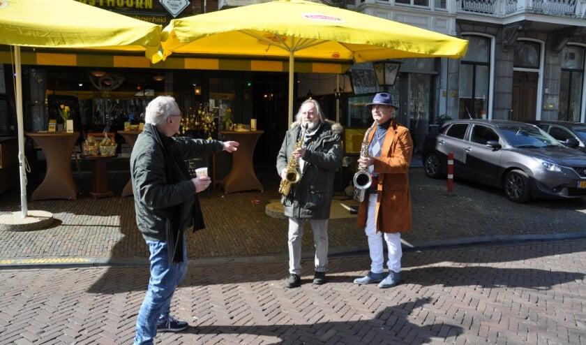 Cineast John Meijer geeft aanwijzingen aan Peter de Ronde van Golden Earrings en initiatiefnemer Martin Reitsma om het eerbetoon aan Haagse topbands nieuw leven in te blazen.