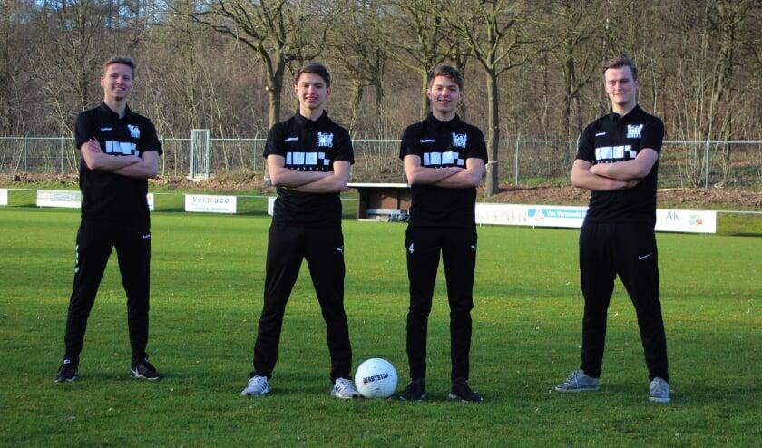 <p>Deze vier studenten organiseren twee dagen voetbalplezier in Elst.</p>