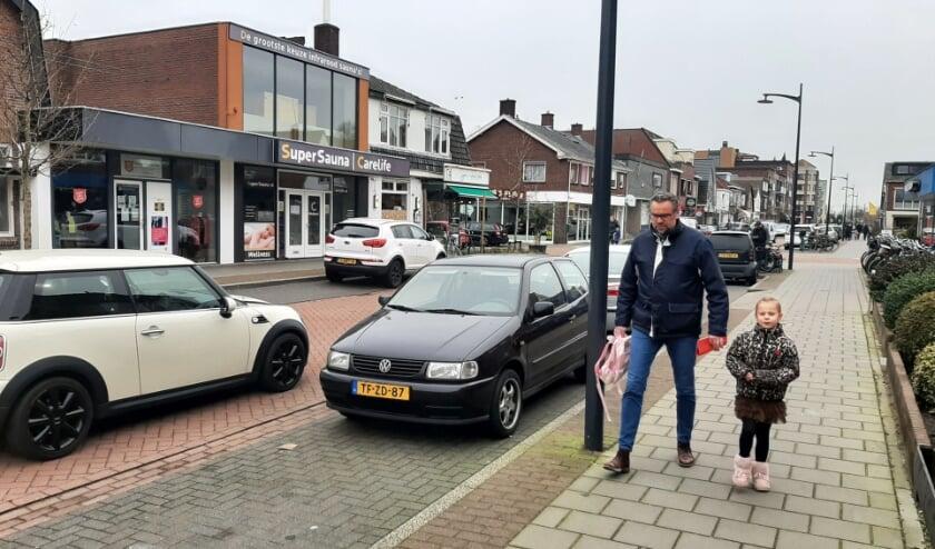 <p>De Patrimoniumlaan in Veenendaal-zuid. In de visie van het gemeentebestuur moeten hier geen winkels bestaan. Over een jaar of vijftig alleen maar woningen dus? (Foto: Martin Brink/Rijnpost)</p>