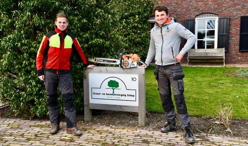 <p>Werkgever Niels (links op de foto) en Sidney zijn blij met de samenwerking. (Foto: WerkgeversServicepunt Regio Foodvalley)</p>