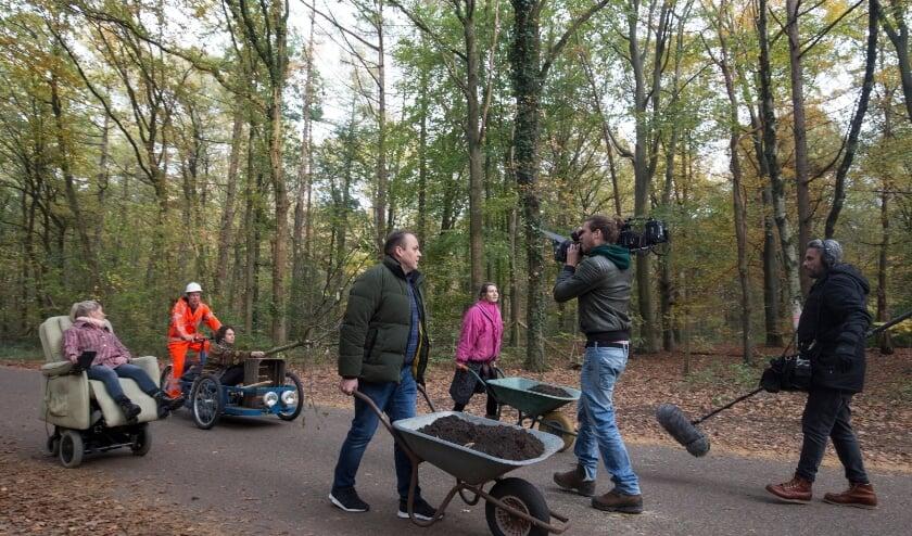 Frans Bauer op pad om een kersenboom aan te planten