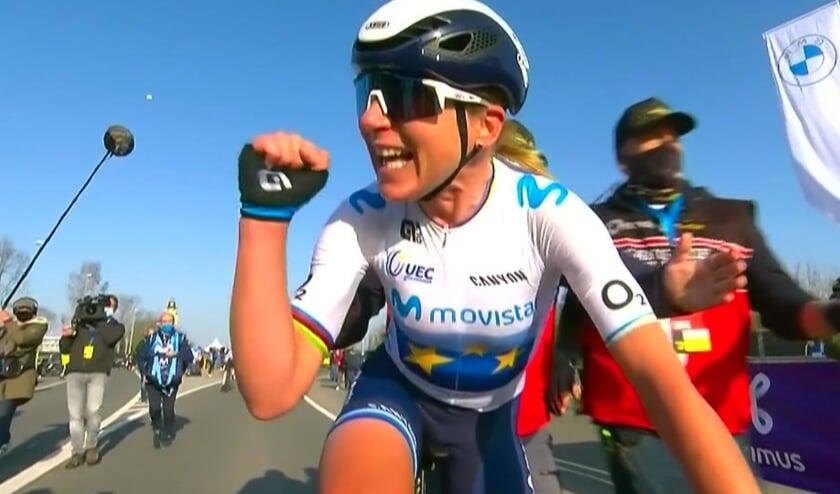 <p>Annemiek van Vleuten (op de foto na haar winst in de Ronde van Vlaanderen) won, ondanks een val in de slotfase, de eerste etappev van de Wielerweek Valencia.</p>