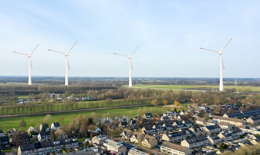 <p>Een montagefoto: vooraan Veenendaal-west, de Slaperdijk en de hoge windmolens op de Emmikhuizerberg naast de snelweg. Zo zal het dus mogelijk worden.</p>