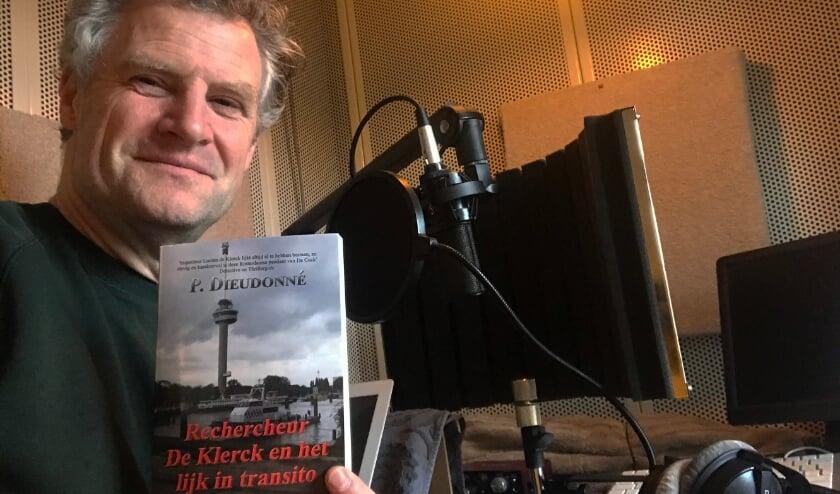 <p>Stemacteur Bart Oomen neemt momenteel het nieuwe boek op. Eigen foto</p>