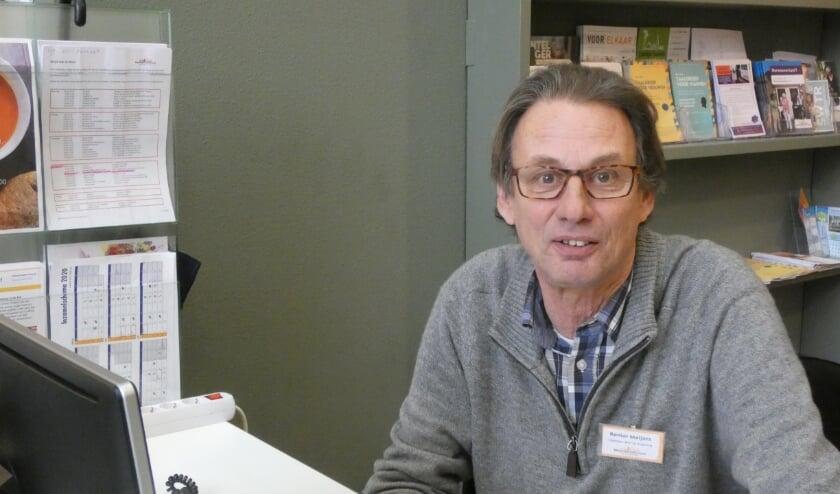 <p>Renier Meijers achter de receptie van De Koppeling.&nbsp;</p>