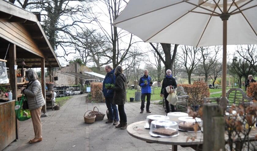 <p>Esther Kuiler opende zaterdagmorgen de poorten van de Ommuurde Tuin. Foto: gertbudding.nl&nbsp;</p>