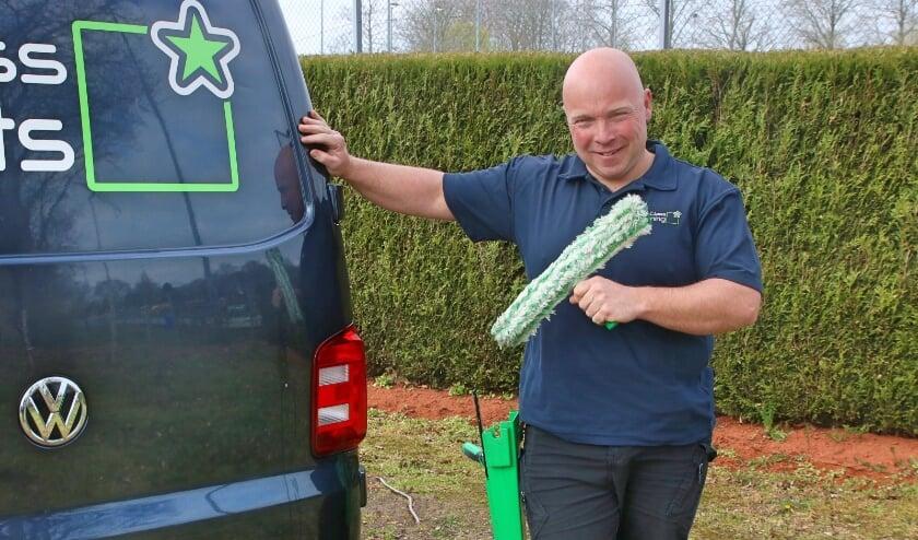 <p>Marcel van Scharrenborg bij zijn bedrijfsauto. &quot;Mensen komen met allerlei problemen bij je.&quot;</p>