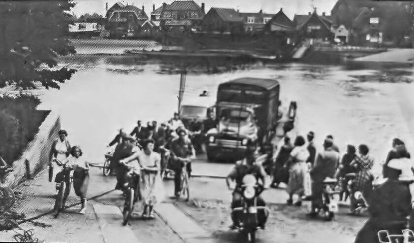<p>De foto is uit 1952. Het Kleine Veer was aan de Dorpsstraat waar nu nog een woning de naam &#39;Veerhuis&#39; draagt.</p>