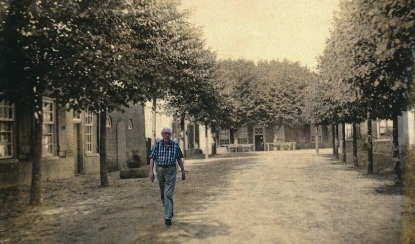 <p>Henk Gijsbertsen, leefde 49 jaar elke dinsdag in het verleden van Bennekom. Nu mag hij er wandelen&hellip;.</p>