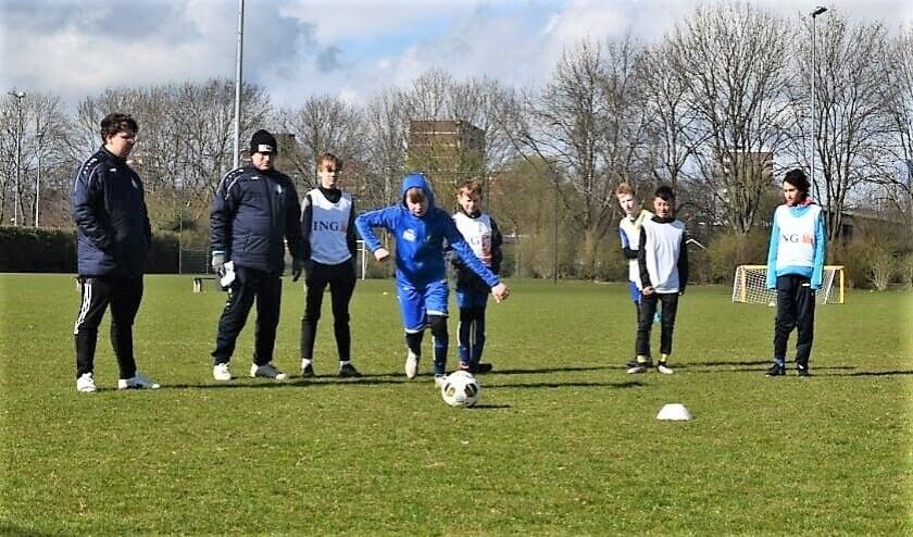<p>Geoefende trainers leerden de vv Veenendaal-voetballers de kneepjes van de voetbalsport.</p>