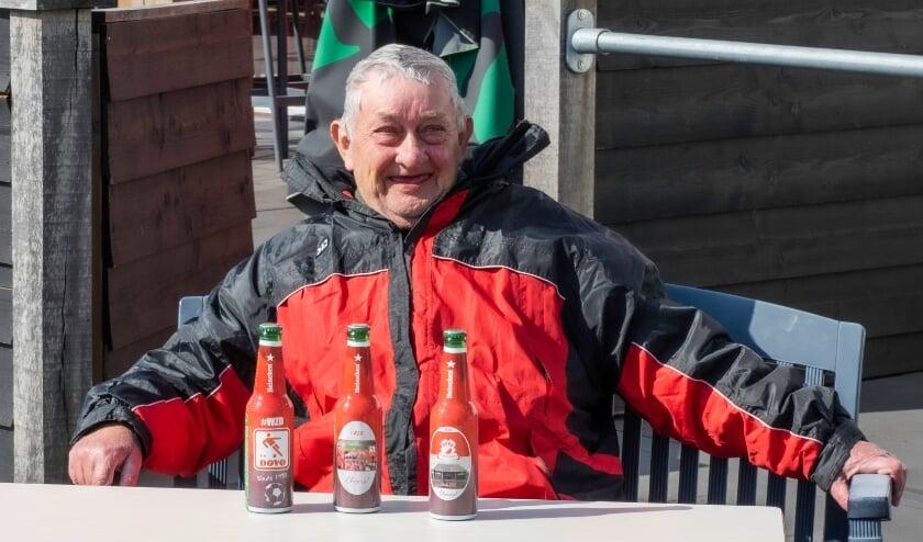 <p>Overhandiging eerste bierflesjes aan Jan Tabak (vrijwilliger DOVO).</p>