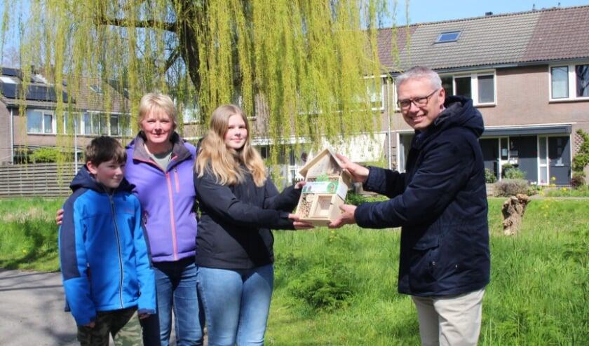 <p>Astrid Vaartjes overhandigt samen met zoon Michiel en dochter Lotte een insectenhotel aan wethouder Bekker; symbolisch voor de petitie die nog getekend kan worden.</p>