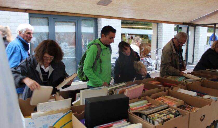 <p>Hannie Pol op een van boekenmarkten in de omgeving van Veenendaal, zoekend naar literatuur. (Foto: eigen foto)</p>