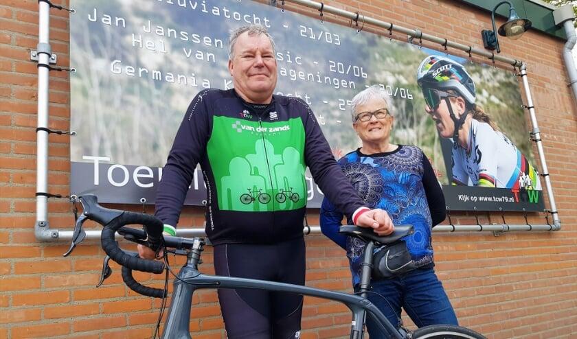 <p>TCW '79-voorzitter Peter Stokvisch en penningmeester Cisca Noy zijn blij, dat 'hun' leden nog lekker kunnen blijven fietsen.</p>