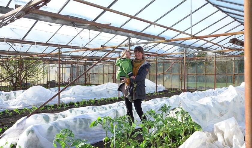 <p>Elisiv Lindroth samen met haar 5-jarige zoontje Adam op haar biologische tuinderij in Bruchem. Iedereen is welkom om langs te komen, ze laat het je graag zien!</p>