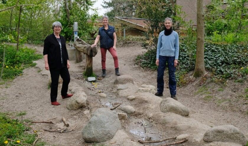<p>Vrijwilligers Van der Drift, Teunissen en Lensink zijn trots op het Griftbosje.&nbsp;</p>