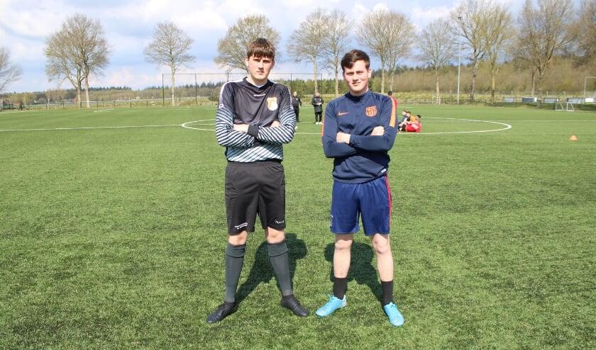 <p>Stan (links) en Sven de Kruiff, oud-spelers van DOVO die de overstap naar de Oranje Wit maakten. (Foto: Henk Jansen)</p>