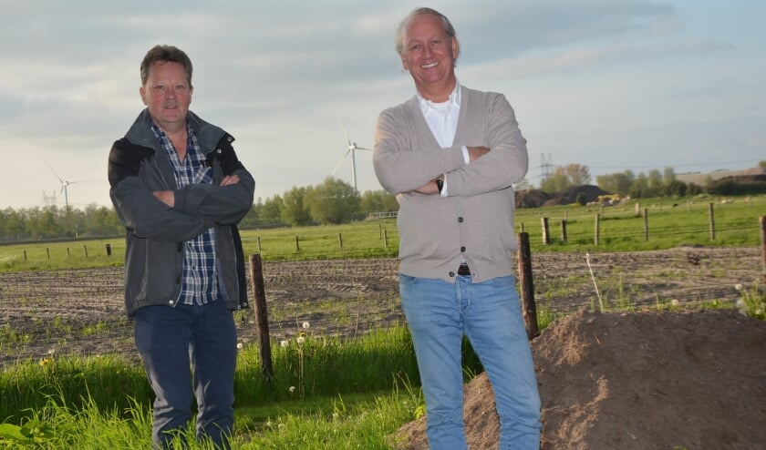 <p>Ton ter Huurne (links) en Rick Steenbergen gaan tot het gaatje om 'het groen' in Hattemerbroek te behouden..</p>