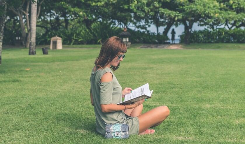 Genieten van een boek in de zon