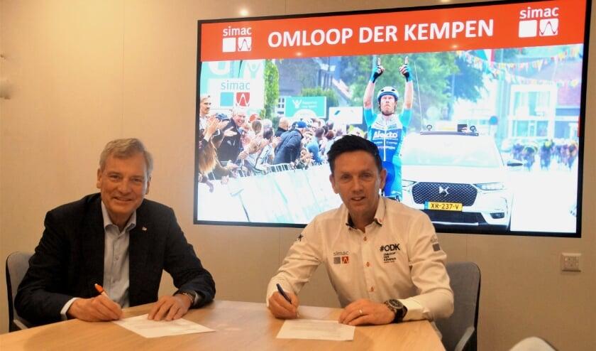 <p>De contractondertekening van de samenwerking tussen Simac en de Omloop der Kempen. FOTO: Hans Louwers.</p>