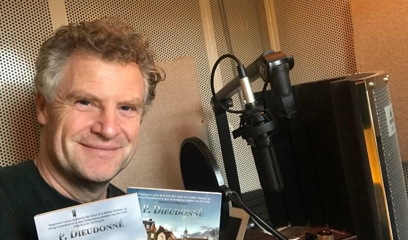 <p>Stemacteur Bart Oomen spreekt het luisterboek in.</p>