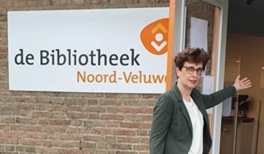 <p>Bibliotheekdirecteur Hetty van de Weg heet de bezoekers van harte welkom in de bibliotheek-vestigingen</p>
