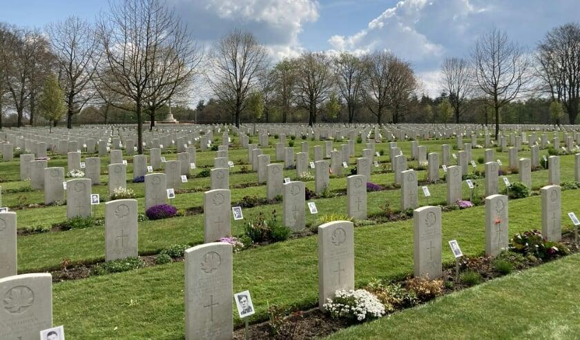 <p>Foto's bij de graven van Canadese militairen.</p>