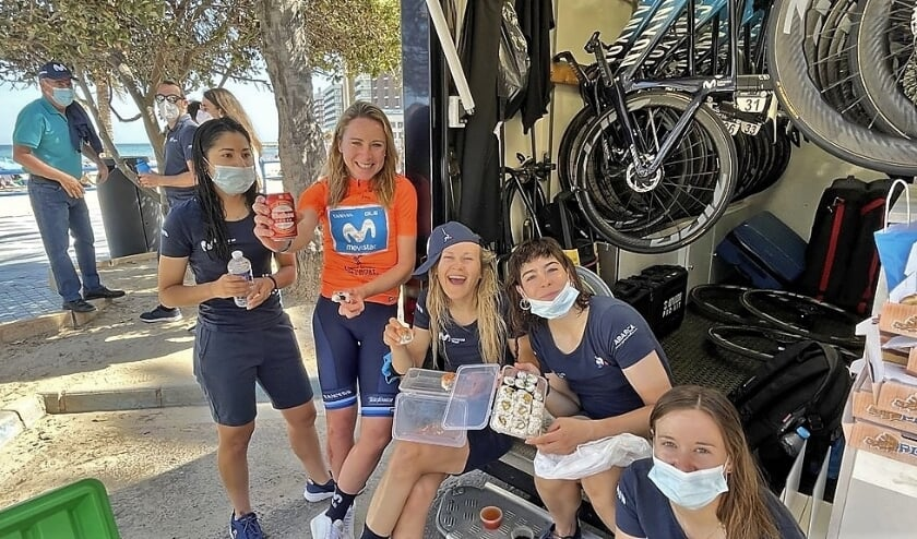<p>In haar Oranje leiderstrui viert Annemiek van Vleuten de overwinning in de Setmana Ciclista Valenciana samen met haar ploeggenoten van Team Movistar.</p>