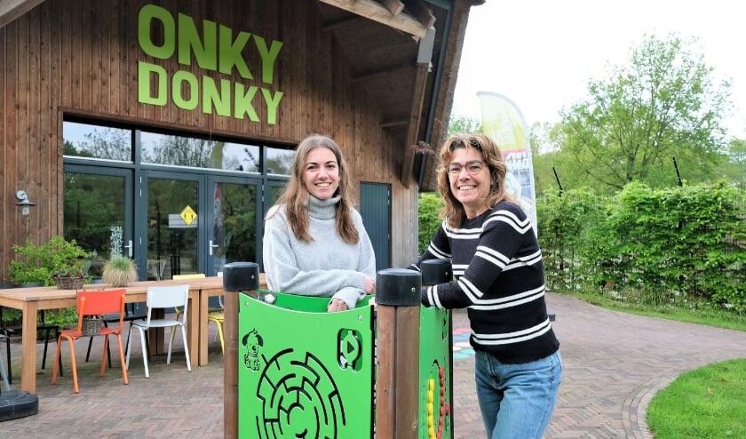 <p>Anne (links) en Anke, twee vrijwilligers bij Stichting Onky Donky in Rhenen. (Foto: Jan van den Brink)</p>