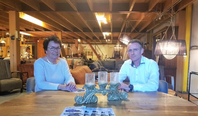 Hennie en Robert Slijkhuis zijn trots op de nieuwe collectie van DeMeubeltopper. (foto: Kees Stap)