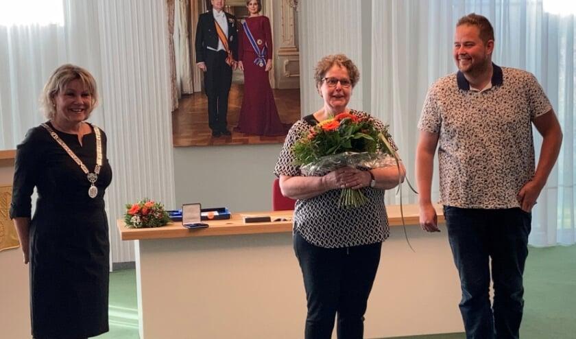 <p>&nbsp;Zoon Sebastian Nagelhout spelde de decoratie bij zijn moeder op. LInks burgemeester Tanja Haseloop-Amsing die lovende woorden had voor Zwiertje.</p>