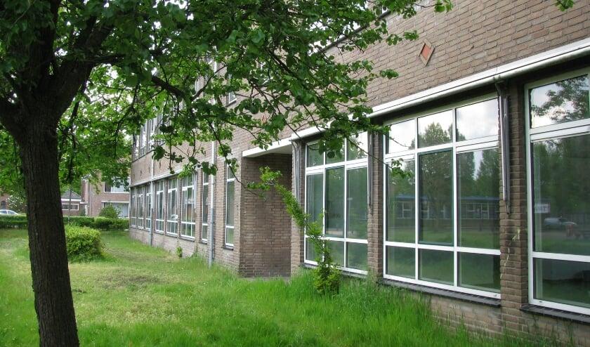 <p>De voormalige Salvatorschool, hier de zijde langs de Patrimoniumlaan zal voor het einde van het jaar verdwijnen. (Foto: Gertjan van Capellen)</p>