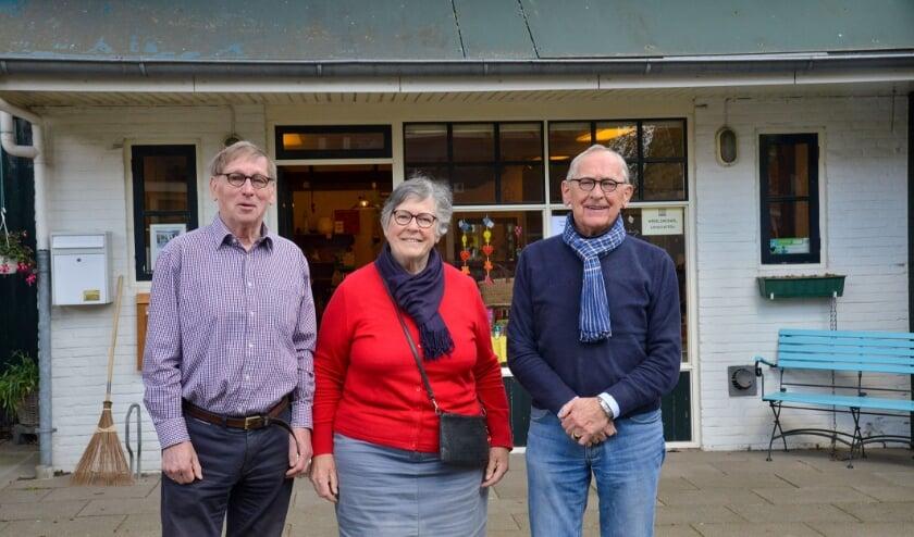 <p>De Wereldwinkel Linschoten gaat sluiten met v.l.n.r. Evert de Jong, Gusta de Jong-Bakker en Wim van der Graaf. Foto: Paul van den Dungen</p>