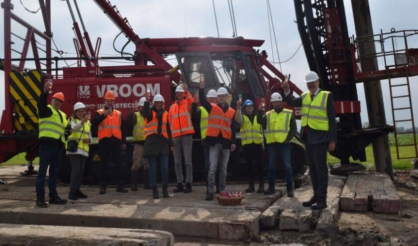 <p>De initiatiefnemers van Windpark Bommelerwaard-A2 met meest rechts wethouder Posthouwer.</p>