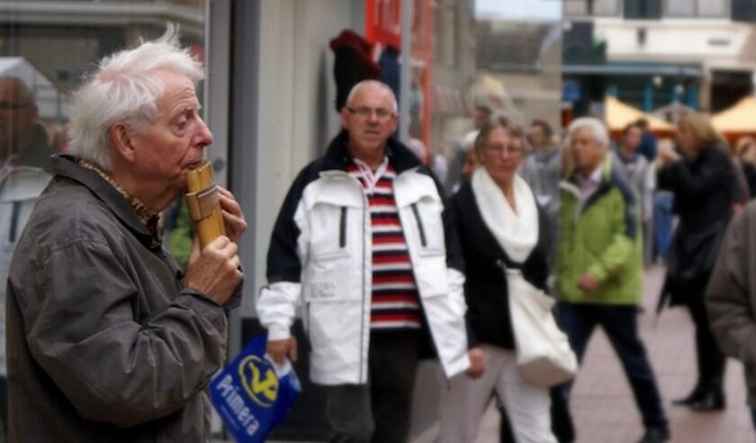 <p>Gerard speelt zijn panfluit op een van zijn vertrouwde stekkies in de Nijmeegse binnenstad.</p>