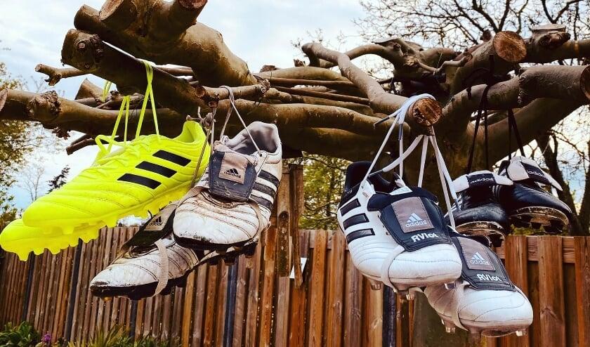 <p>De voetbalschoenen van scheidend BZC&#39;14-trainer Ron Vlot hangen nu echt aan de wilgen.</p>