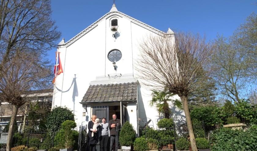<p>Marjolein Lagtenberg, zoon Klaas en Gerrit Den Besten voor hun huis in Zuilichem. &quot;Voor ons is het ons huis, voor veel Zuilichemers blijft het de kerk.&quot;</p>