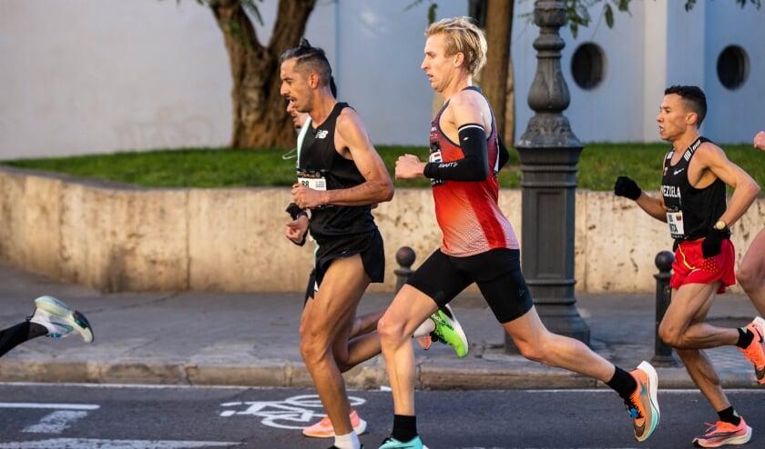 <p>Frank Futselaar (midden) op archiefbeeld. Hier tijdens de marathon van Valencia in december 2020.</p>