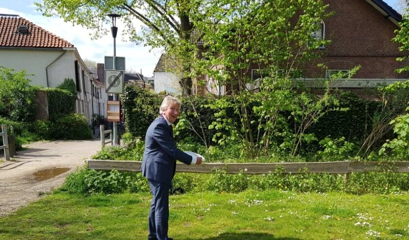 <p>Met een welgemikte worp opende burgemeester Geert van Rumund het frisbeekastje in het Torckpark. (foto: Kees Stap)</p>