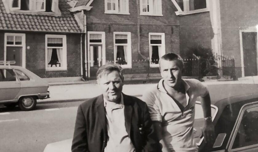 <p>Aan de Zandstraat: A.P. met Klumpenaar. In het grote huis achter woonde de familie Van Burken. (Foto: coll W. de Kleuver)</p><p><br></p><p>&nbsp;<br><br><br></p>