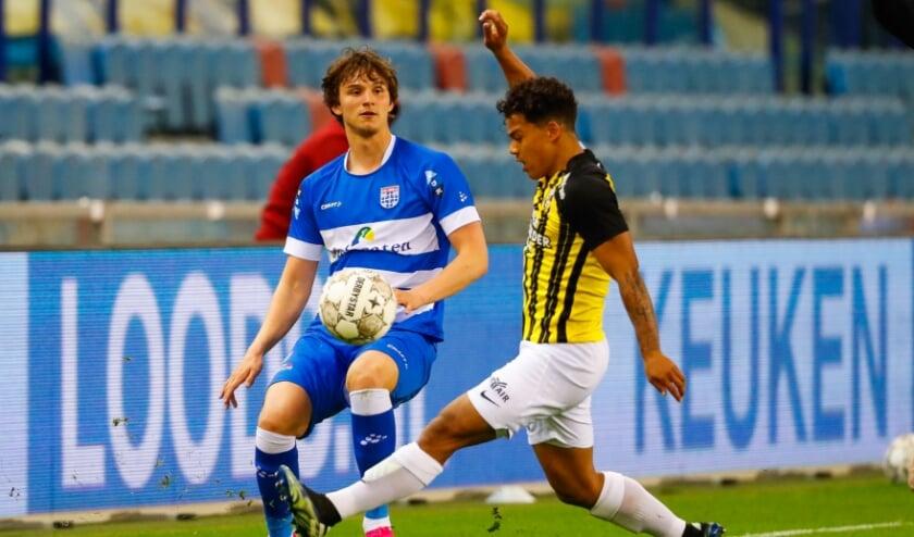 <p>Rav van den Berg maakte zaterdag als rechtsback zijn debuut in het eerste elftal van PEC Zwolle.</p>