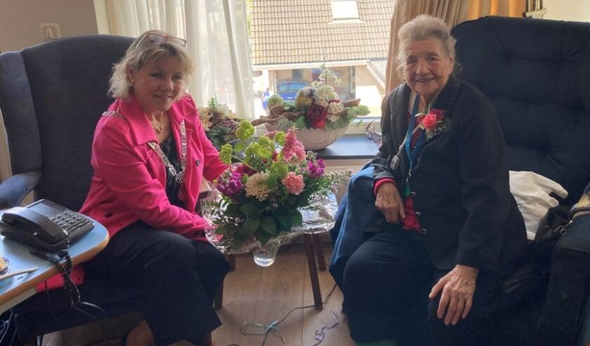 <p>Burgemeester Tanja Haseloop-Amsing bracht haar persoonlijke felicitaties en die van de rest van het gemeentebestuur over aan Asselina Lamberta Reuvekamp.</p>