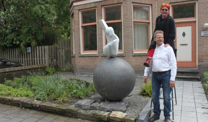 <p>Hanneke Zwart lijkt bij steenhouwer Diederik Buddingh op de schouders te klimmen. Haar verloren geachte kunstwerk heeft nu een nieuw leven aan de Kanaalweg gekregen.&nbsp;</p>