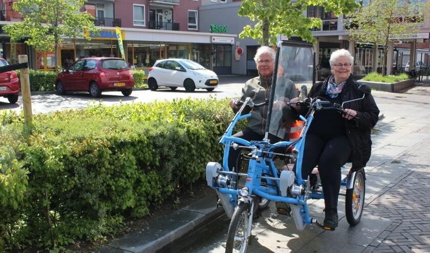 <p>Louis Kupers en Ans Willemsen op de nieuwe duofiets, inclusief een coronaproof tussenscherm</p>
