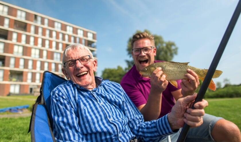 <p>Ouderen die niet meer zo goed kunnen, maar nog wel graag willen vissen kunnen nu gratis (onder begeleiding) een hengeltje uitgooien!</p>
