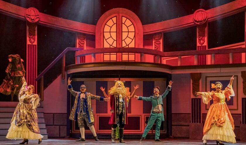 <p>Scène uit 'Belle en het Beest'. De musical is te zien in Veluvine.</p>