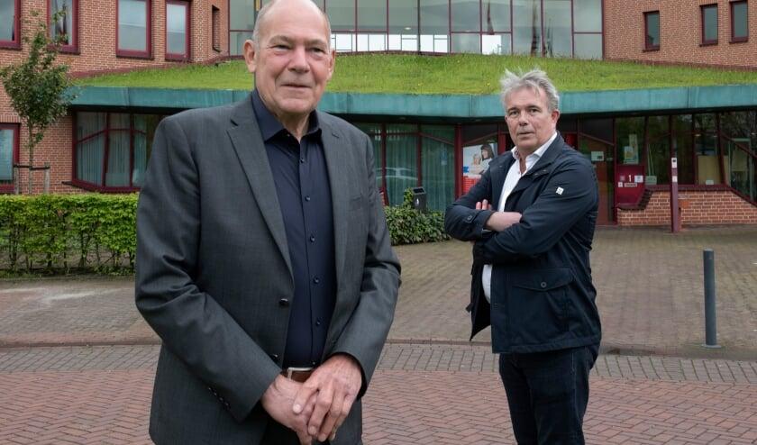<p>Wethouder Karl Maier en de Burense ondernemer Jurgen Friedrichs voor het gemeentehuis van Buren in Maurik.</p>